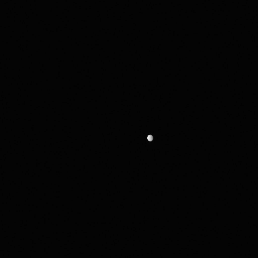 Hành tinh lùn Ceres được nhìn thấy từ khoảng cách 238.000 dặm (383.000 km).