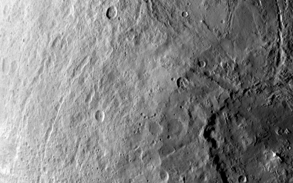 Một miệng núi lửa mệnh danh là lớn nhất trên hành tinh lùn Ceres.