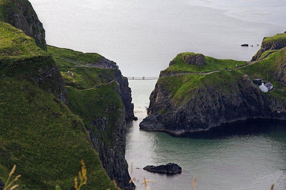 Cầu Carrick-a-Rede nối liền các phần của hòn đảo tí hon Carrickarede.
