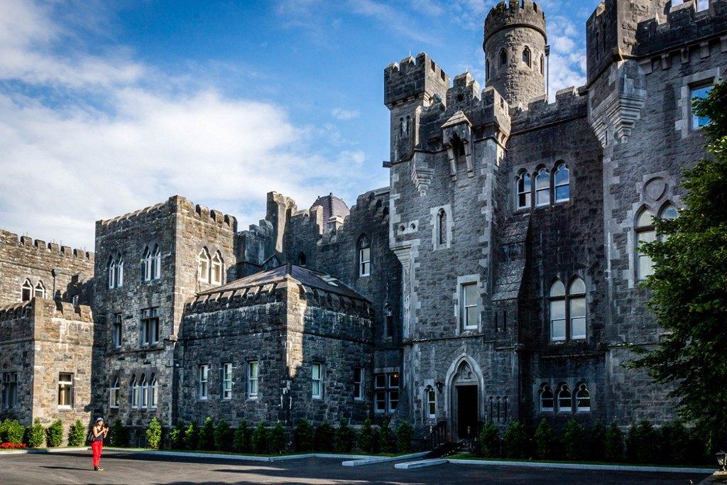 Lâu đài Ashford được xây dựng từ thời Trung cổ và được mở rộng trong nhiều thế kỷ tiếp theo. Hiện lâu đài này đã trở thành một khách sạn sang trọng.