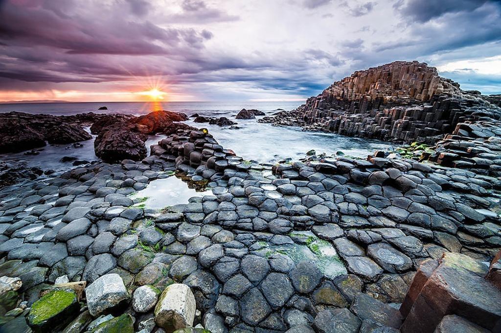 Cao nguyên nham thạch Giant's Causeway gồm 40.000 cột đá bazan xếp liền nhau.