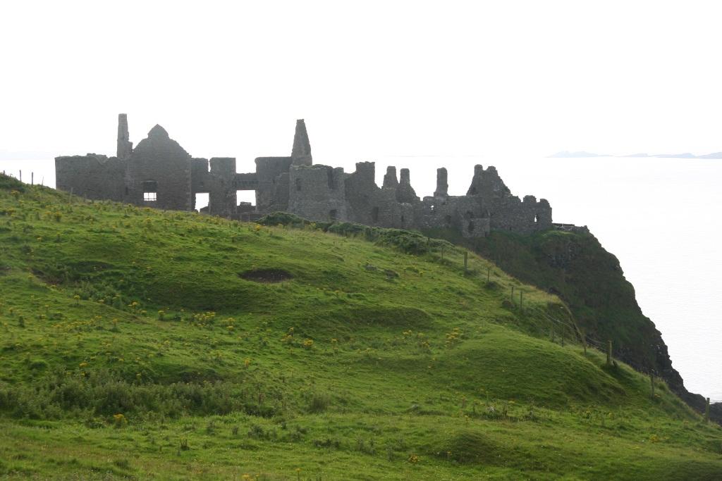 Phần di tích còn lại của lâu đài Dunluce được gia đình McQuillan xây dựng vào khoảng năm 1500 trên một vách đá cao gần vùng biển phía Bắc Antrim.