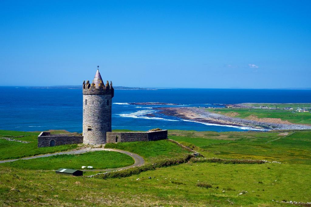 """Lâu đài Doonagore là một tòa tháp nhỏ với tường bao xung quanh được xây dựng vào thế kỷ 16 - tên của tòa lâu đài này được hiểu nôm na là: """"tòa thành trên những quả đồi tròn"""" hoặc """"tòa thành của những con dê""""."""
