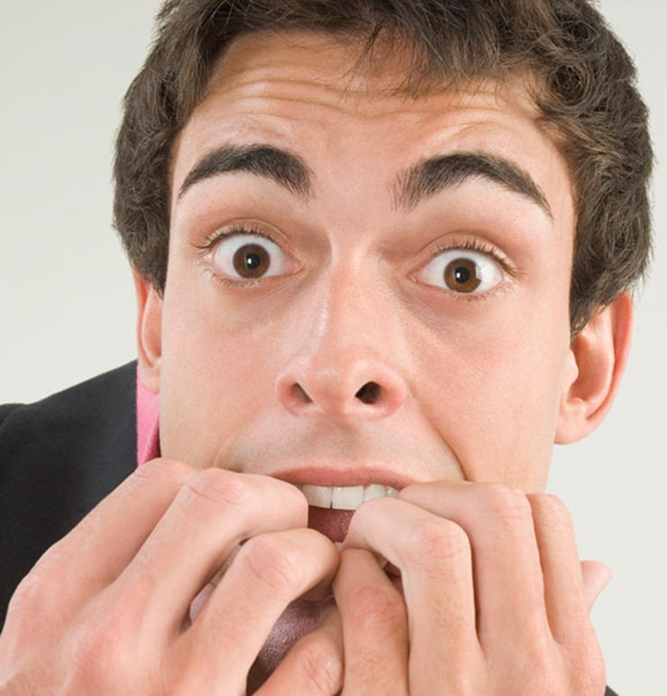 Cho tay vào miệng làm mầm bệnh từ ngón tay truyền vào miệng.