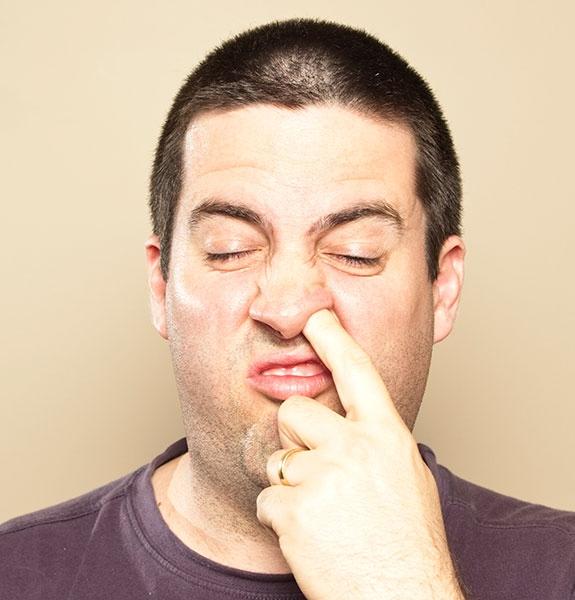 Ngoáy mũi gây ảnh hưởng tới lớp niêm mạc của mũi hoặc có thể làm trầy xước mũi gây viêm nhiễm.