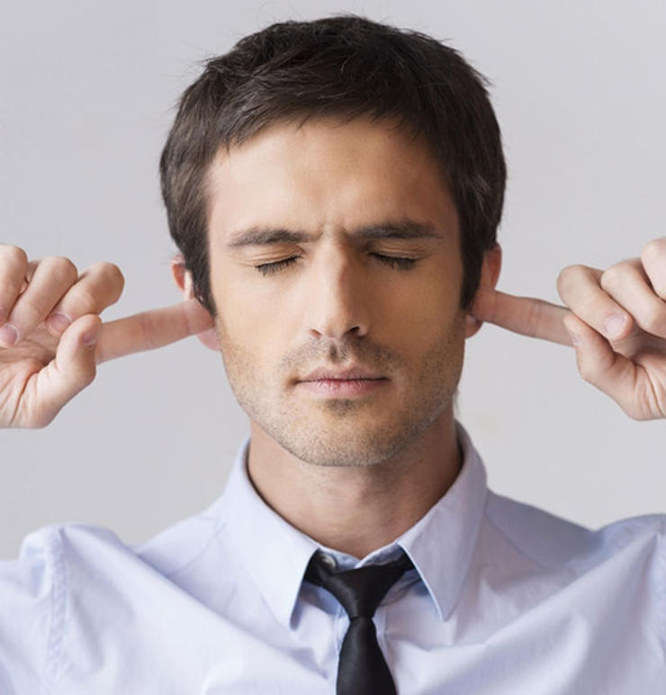 Dùng tay để ngoáy tai có thể mang mầm bệnh vào trong tai.