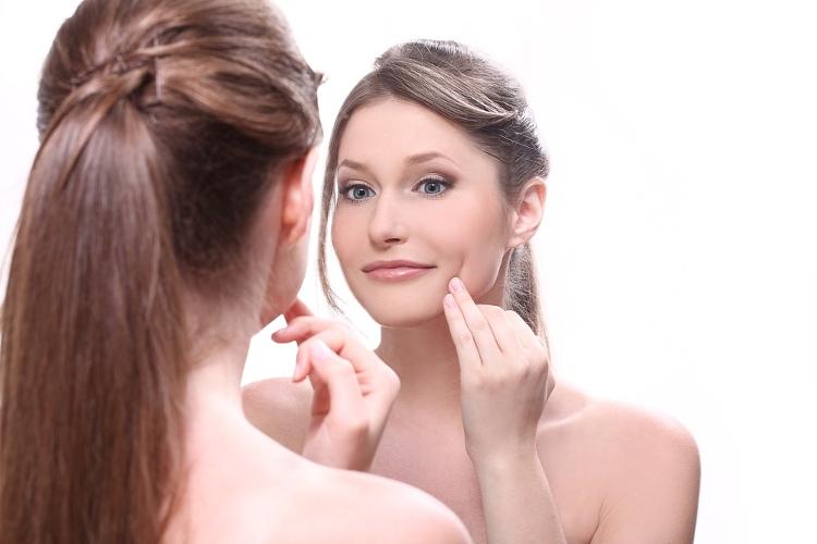 Dùng tay chạm vào da mặt là nguyên nhân khiến da nổi mụn.