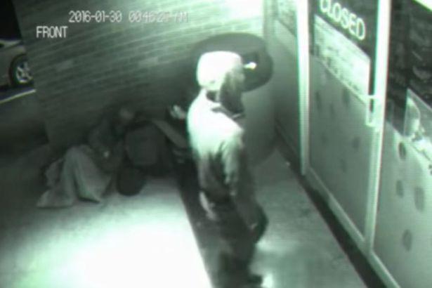 Hình ảnh người đàn ông mặc áo đen đến gần cửa của quầy bán hành do CCTV quay lại.