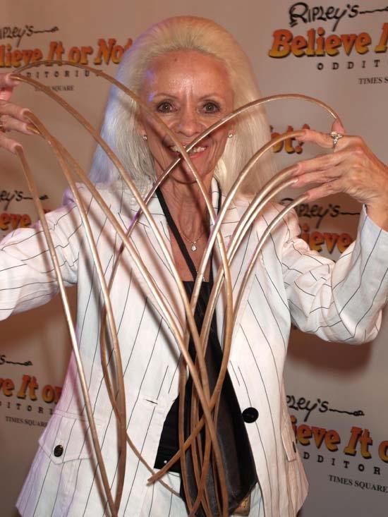 Bà Lee Radmond hoàn toàn không cảm thấy vướng víu bởi bộ móng tay dài nhất thế giới.