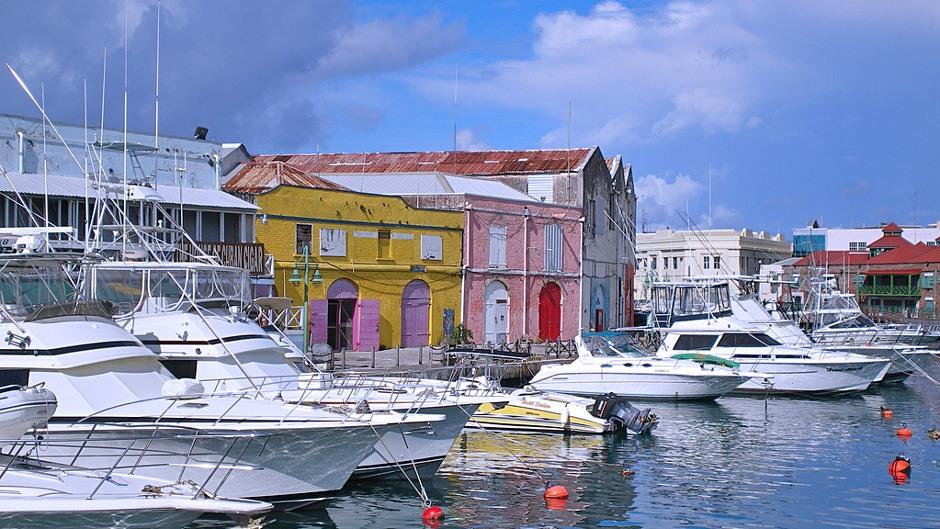Bên cạnh các công trình kiến trúc mang nét cổ kính, thành phố còn có nhiều bãi biển lớn nhỏ thu hút khách du lịch.
