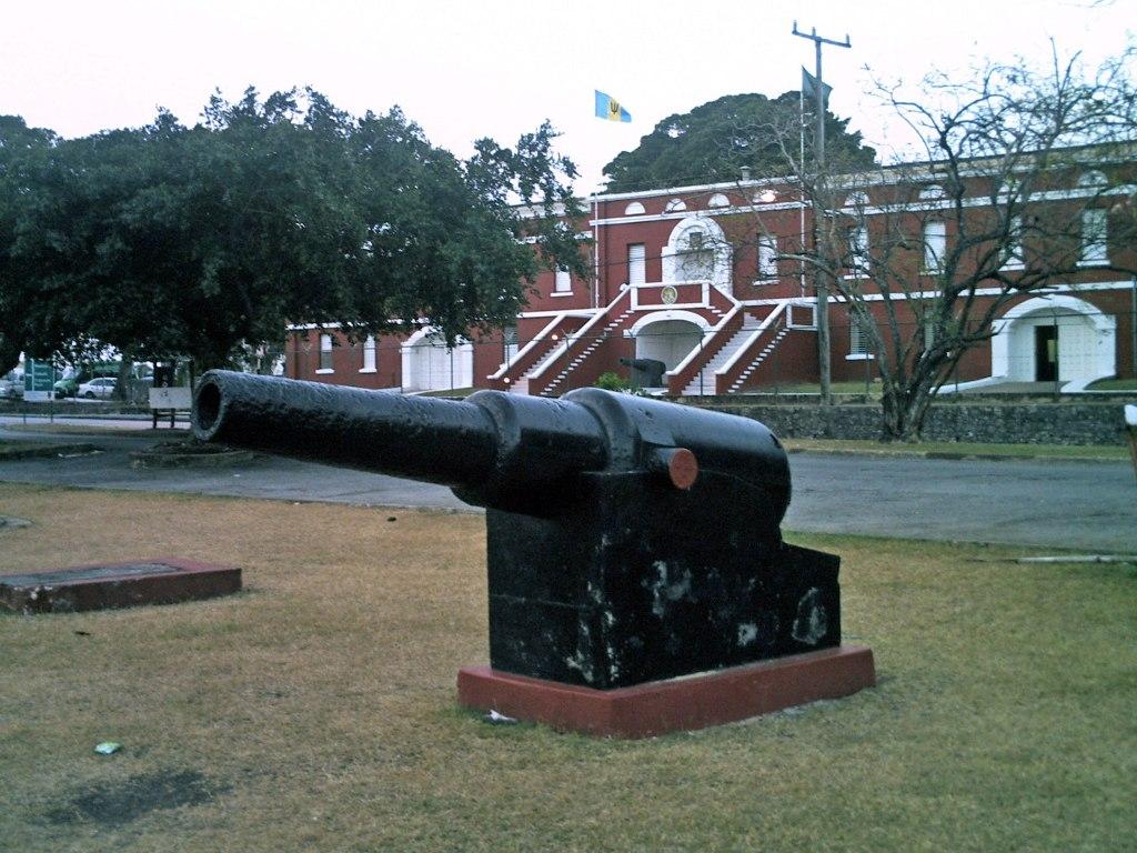 Đồn lính Barbados Garrison với những bức tường đá cao sát bờ biển cùng nhiều khẩu súng thần công cũ kỹ là công trình lâu đời thứ 2 trong tất cả các thuộc địa của Anh.