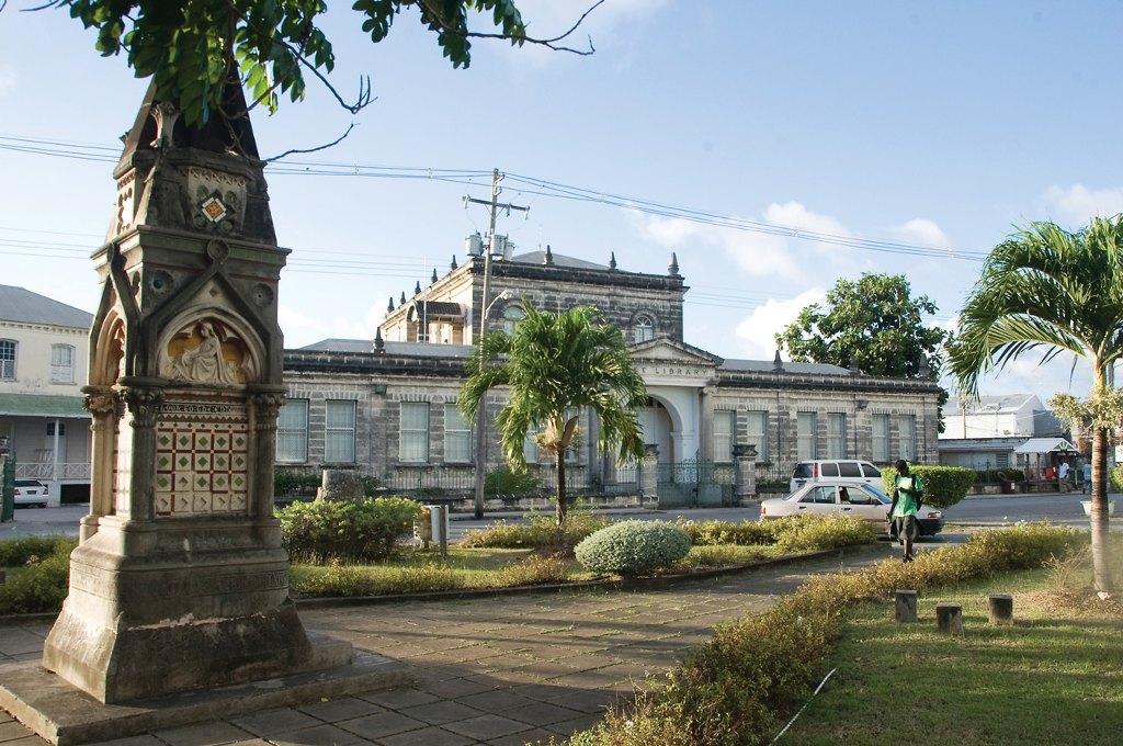 Một vài công trình kiến trúc cổ còn lại hiện nay tại Trung tâm lịch sử Bridgetown và Garrison.