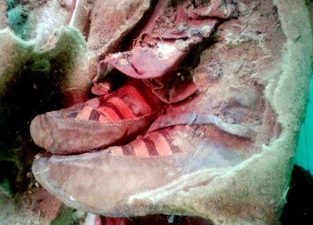 Các nhà khảo cổ đã tháo bỏ được lớp vỏ quấn quanh hai chân của xác ướp.