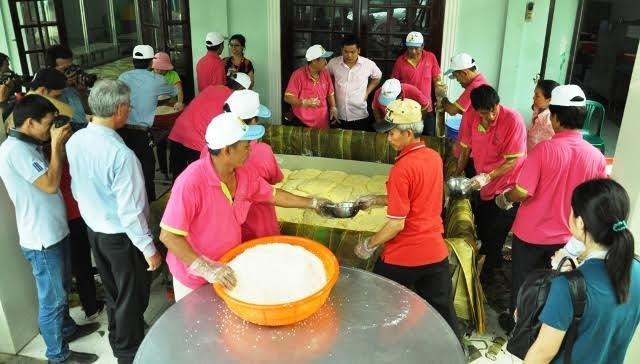 """Hơn 50 người đã tham gia vào công việc gói bánh chưng """"khủng"""" nặng đến 2,5 tấn."""