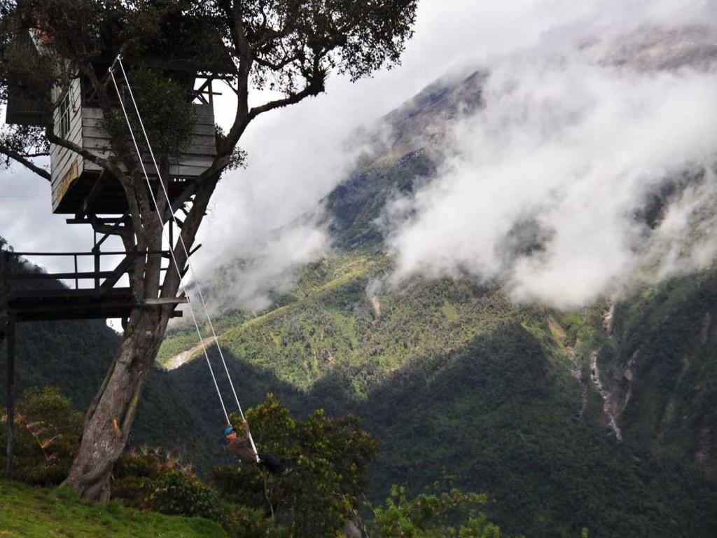 Chơi xích đu ở Casa de Arbol, Ecuador và nhìn ngắm cảnh quan tuyệt đẹp của núi lửa Tungurahua.