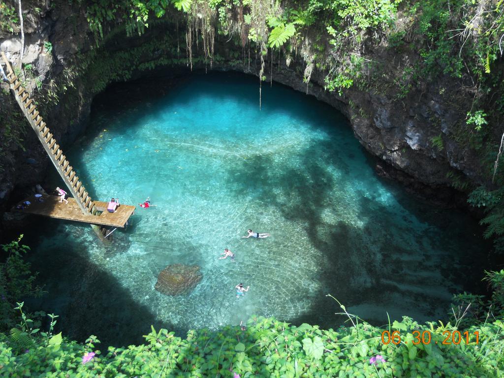 Bơi ở To Sua, một hồ nước biển tự nhiên sâu 30m được bao quanh bởi những khu vườn tuyệt đẹp của làng Lotofaga ở Samoa.