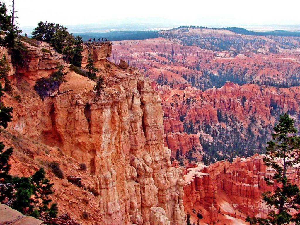 Leo lên Đỉnh Cầu vồng, nơi cao nhất của Vườn quốc gia Bryce Canyon ở bang Utah, Mỹ với độ cao 2770m, để xem cảnh quan tuyệt đẹp của các vực núi bên dưới.