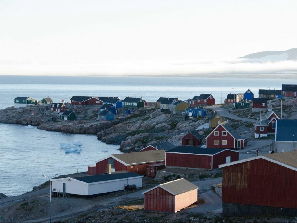 Bay đến Ittoqqortoormiit ở Greenland, nơi bạn chỉ có thể đến bằng máy bay trực thăng. Từ đó bạn có thể chèo thuyền ở con vịnh dài nhất thế giới.