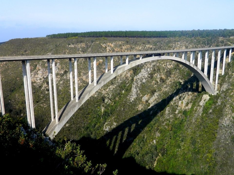 Nhảy bungee ở cầu Bloukrans, con cầu nhảy bungee cao nhất thế giới nằm giữa 2 mảng kiến tạo phía phía đông và phía tây của Nam Phi. Bạn sẽ rơi từ trên cao 200m.