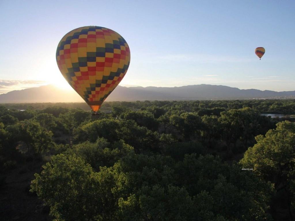 Bay trong một khinh khí cầu ở Albuquerque, New Mexico. Thành phố tổ chức một lễ hội khinh khí cầu quốc tế, nhưng bạn có thể thuê khinh khí cầu bất kì thời điểm nào trong năm.