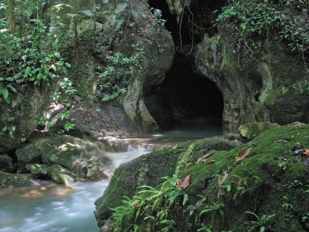 Đi vào hang Actun Tunichil Muknal ở Belize. Hang động có đầy đủ các hiện vật cổ như xương người, thậm chí có một bộ xương đầy đủ của loài người 1.000 năm tuổi.