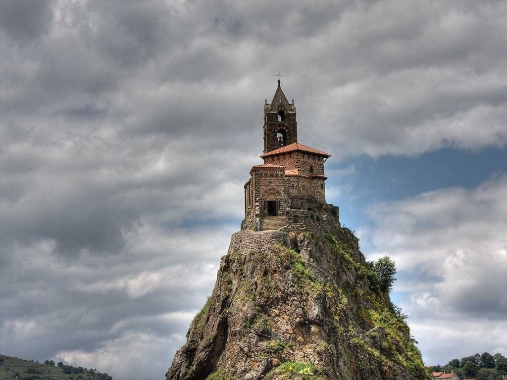 Trèo 268 bước để đến đỉnh núi Saint-Michel D'aiguille Chapel lịch sử của Pháp, được xây dựng vào năm 962 và nằm trên đỉnh của núi lửa.
