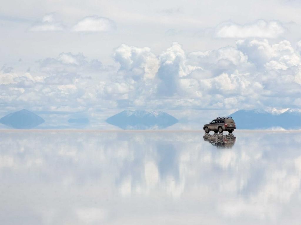 Lái ô tô qua Salar de Uyuni của Bolivia, cánh đồng muối lớn nhất thế giới.