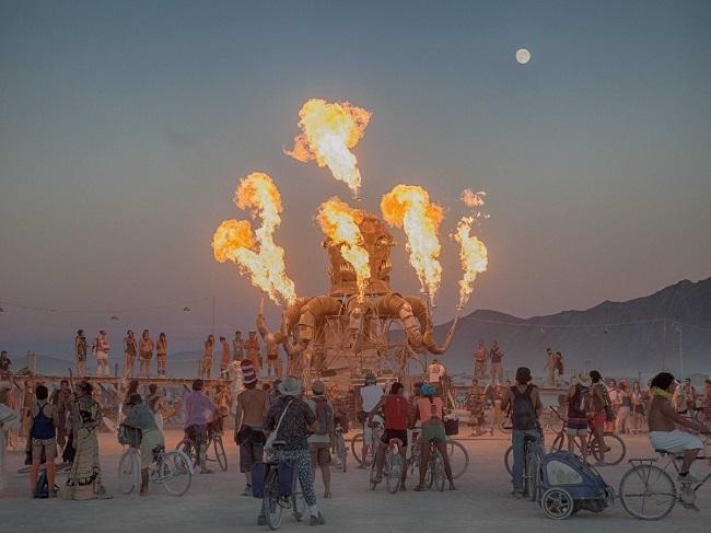 Cắm trại ở sa mạc hẻo lánh Black Rock ở Nevada với hơn 65.000 người yêu nghệ thuật và thưởng thức buổi biểu diễn âm nhạc với trang phục điên rồ và lửa trại khổng lồ ở Burning Man.
