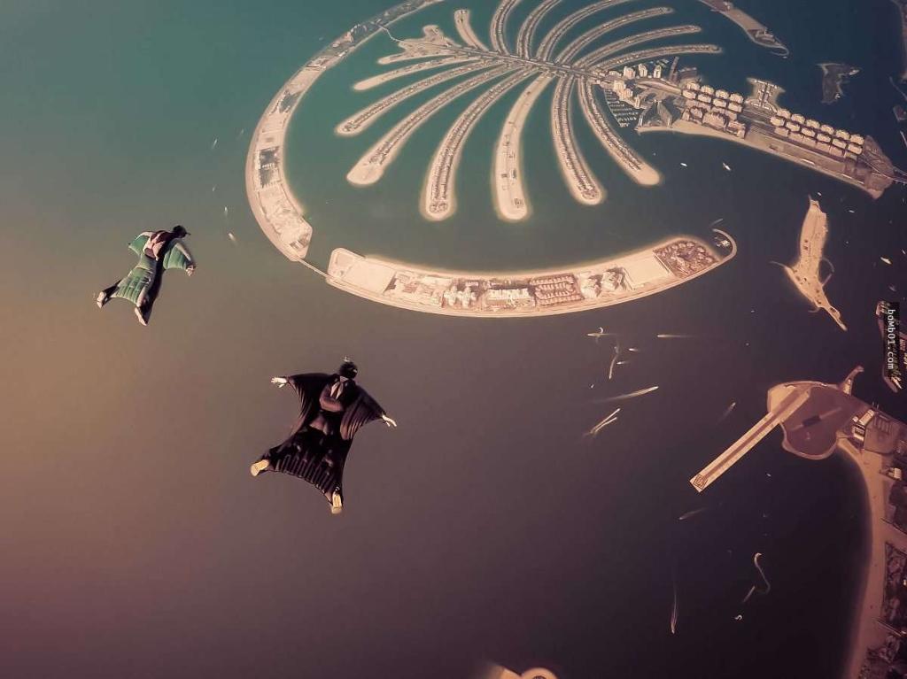 Nhảy dù từ độ cao 3000m trên bầu trời Dubai Marina và Bãi biển Jumeirah Residences tại Dubai.