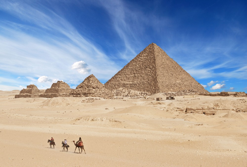 Thăm kim tự tháp Giza ở Ai Cập, 1 trong 7 kỳ quan cổ đại duy nhất của thế giới còn sót lại.