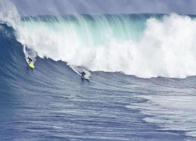Lướt sóng ở Maui, nơi được bình chọn là địa điểm tốt nhất cho những người lướt sóng ưa mạo hiểm. Sóng có thể cao tới 36m.
