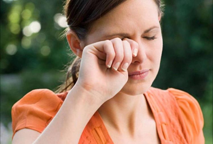 Dụi mắt nhiều sẽ gây tổn thương làn da mỏng manh xung quanh mắt, khiến mắt có quầng thâm.