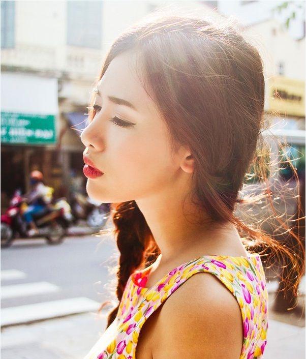 Không đeo kính râm khi đi ra dưới trời nắng sẽ phá vỡ collagen trong làn da quanh mắt và gây nám.