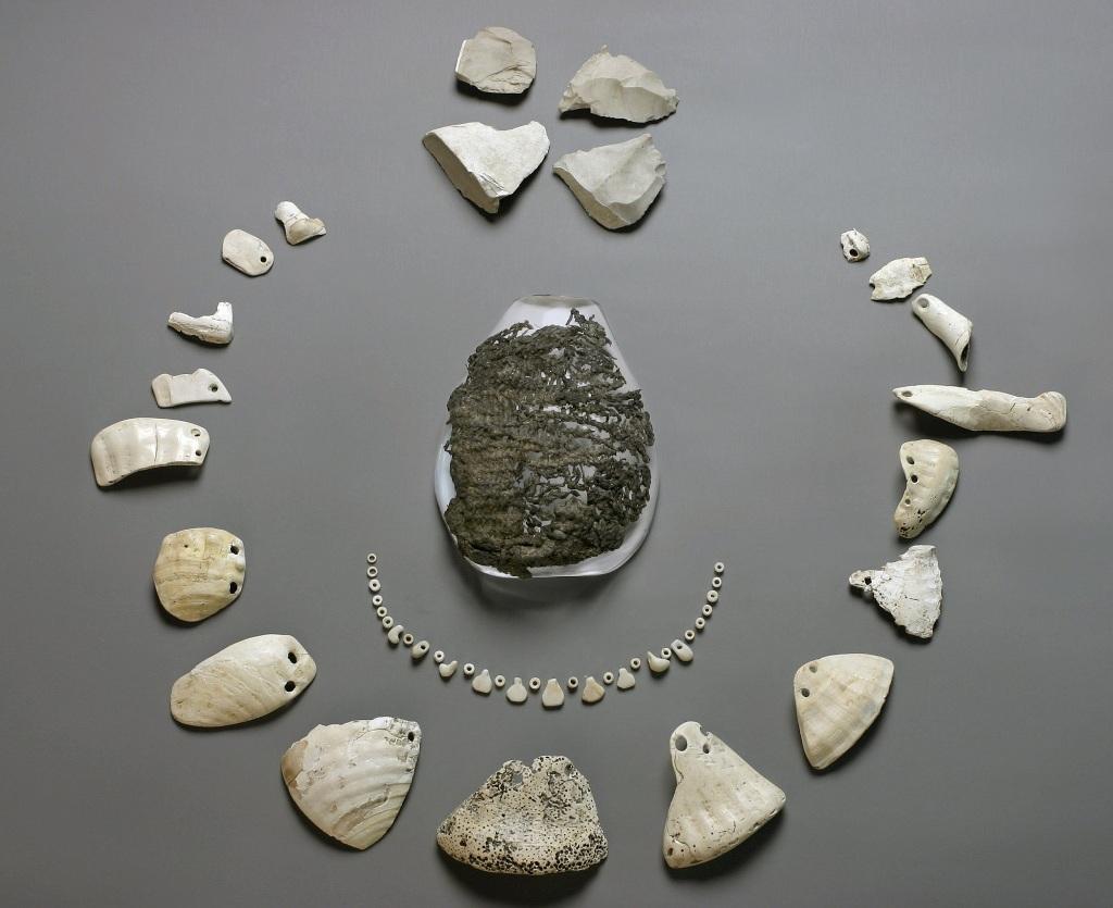 Công tác khai quật và khảo sát các địa điểm nhà Pile thời tiền sử với một số hiện vật thu được từ cuộc khai quật.