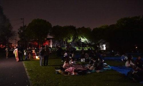 Hàng nghìn người đổ ra đường và đến trú chân tạm tại các công viên.