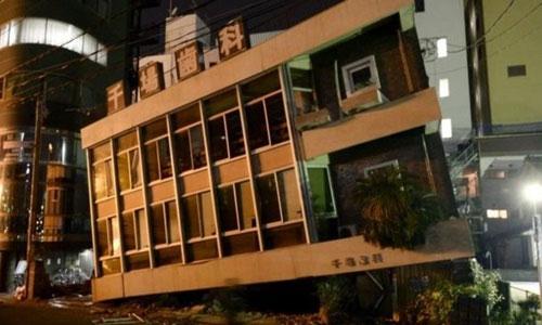 Hàng loạt ngôi nhà bị hư hại sau trận động đất.
