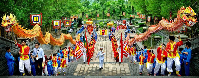 Cứ vào ngày mồng 10 tháng 3 âm lịch là người người lại nô nức hướng về Đền Hùng để dâng lễ, thắp hương.