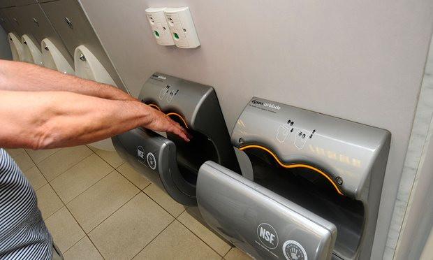 Máy sấy trong nhà vệ sinh công cộng đang làm tăng nguy cơ lây lan bệnh tật.