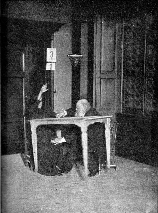 Alexandr Aksakov, nhà nghiên cứu tâm lý học người Nga, giữ tay và chân của Palladino trong khi bà tiến hành gọi hồn tại Milan năm 1892. Chiếc bàn đang bay lơ lửng trong không trung