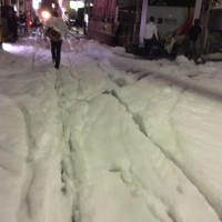 Cận cảnh bọt trắng bí ẩn phủ kín đường đi Nhật Bản sau động đất