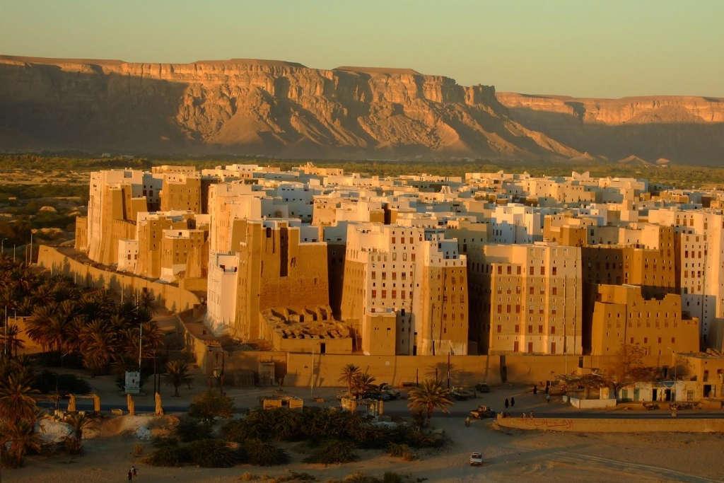 """Thành phố Shibam ở Yemen được mệnh danh là """"Thành phố của những tòa nhà chọc trời cổ nhất trên thế giới"""" hay""""Manhattan của sa mạc""""."""
