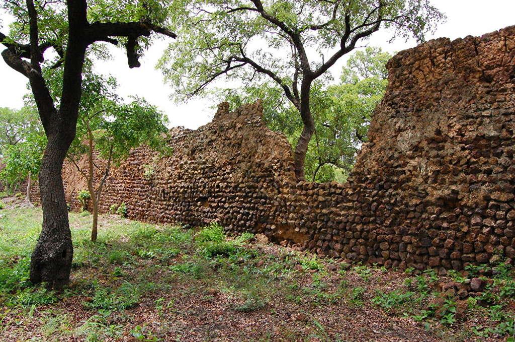 Khu phế tích thị trấn cổ Loropeni tại Burkina Fao (Tâu Phi). Thị trấn này được cho là do người Lohron hoặc Koulango xây dựng từ thế kỷ 11.