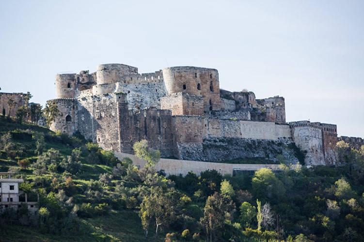 Lâu đài Krak des Chevaliers được xây dựng trên một vách đá cao 650m cách thành phố Homs của Syria khoảng 65 km.