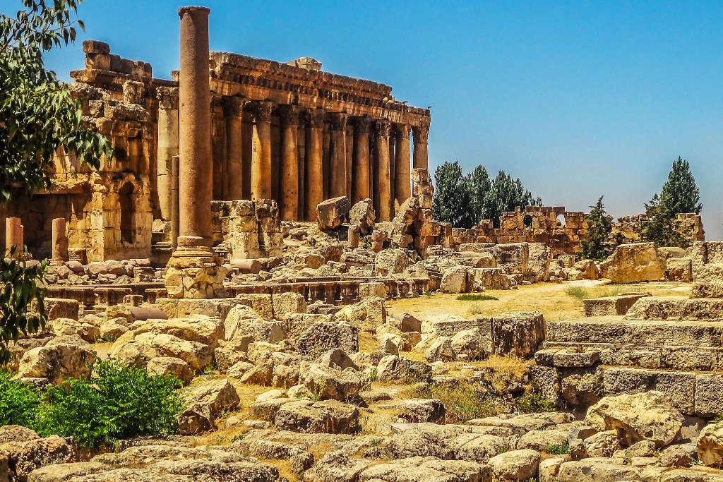 Trung tâm tôn giáo Baalbek được xây dựng từ thế kỷ 4 TrcCN cách Beirut khoảng 80km và là nơi thờ cúng các vị thần La Mã.