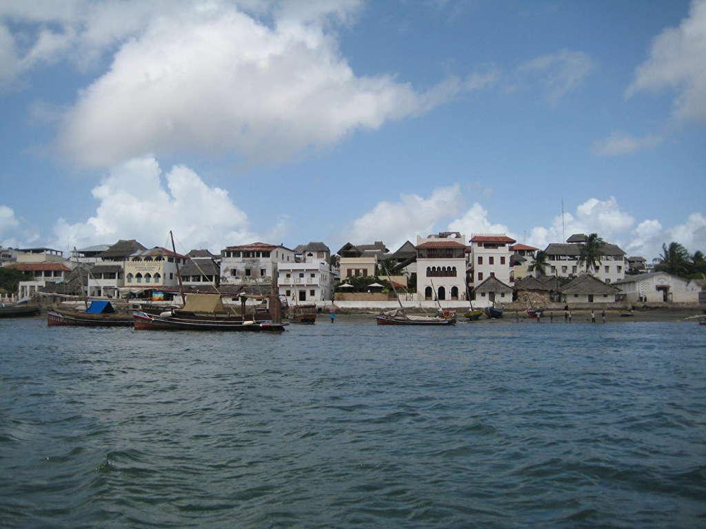 Thị trấn Lamu được xây dựng trên một hòn đảo cùng tên ở Kenya vào năm 1370. Thị trấn cổ Lamu được UNESCO công nhận là khu định cư lâu đời và được bảo tồn tốt nhất tại Đông Phi của người Swahili.