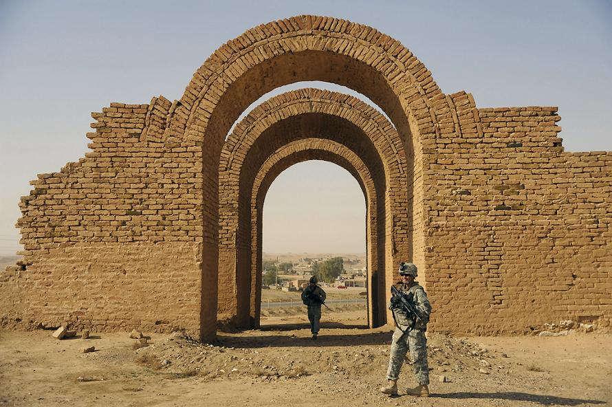 Thủ phủ Ashur của người Assyria nằm cách Baghdad của Iraq khoảng 260 km về phía bờ Tây sông Tigris.