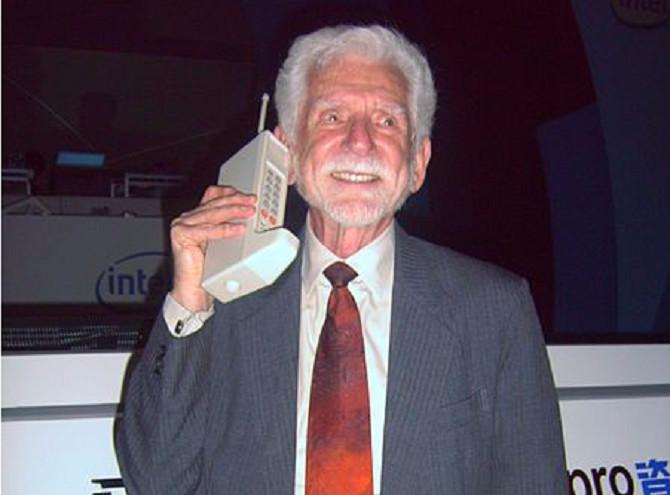 Chiếc điện thoại đầu tiên trên thế giới ra đời năm 1973 và nặng hơn 1kg.