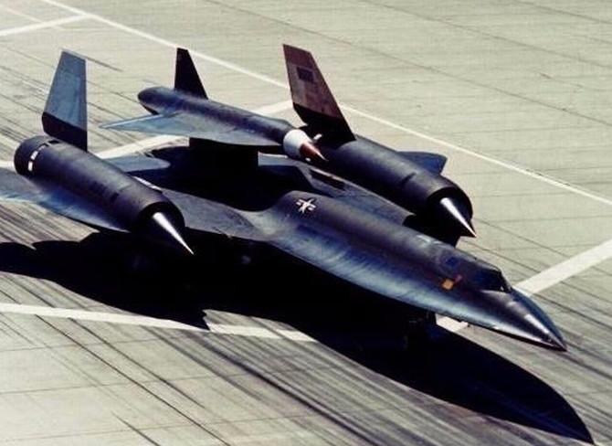 Máy bay không người lái đầu tiên ra đời với tên gọi D-21B.