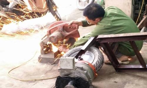 Suốt ngày, ông Dung mày mò đo vẽ, cắt hàn để hoàn thiện chiếc máy cấy theo hướng tinh xảo hơn.
