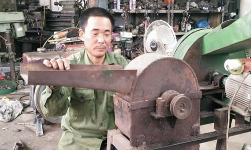 Ngoài máy cấy không động cơ, ông Dung còn chế tạo thêm nhiều loại máy móc hiện đại phục vụ nông nghiệp như máy tiện, máy hàn, máy thái chuối... (